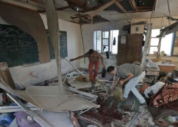 Une vingtaine de Palestiniens dont de nombreux enfants ont péri mercredi dans l'attaque du camp de réfugiés de Jabaliya. Deux obus de char israéliens ayant frappé de plein fouet deux salles de classe de cette école de l'ONU où s'étaient réfugiés de nombreuses familles, chassées de chez elles par les combats.