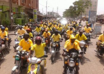 Ils font le charme des villes béninoises. Pas de cartes postales du Bénin sans ces valeureux hommes en jaune. Que vous entriez dans le pays par les airs ou la route, ils sont bien souvent les premiers qui vous accueillent pour vos courses express. Les conducteurs de taxi-motos, affectueusement appelés « zémidjans » pourraient au fil du temps, du moins à la suite des réformes qui se succèdent dans le secteur de la sécurité routière au Bénin, faire leurs adieux.