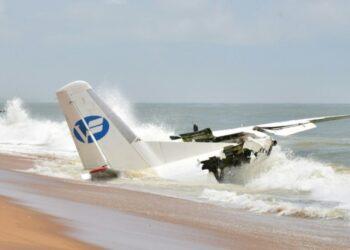Un petit avion civil affrété par la force française de l'Opération Barkhane (Forces françaises engagées au Sahel) et en provenance de Ouagadougou au Burkina Faso s'est écrasé ce samedi 14 octobre 2017 (à 8h30 mn) en bordure de mer à Abidjan. Il a échoué à une centaine de mètres de la piste d'atterrissage de l'aéroport Félix Houphouët Boigny de Port-Bouet.