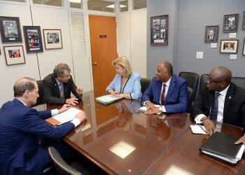 Mme Dominique Ouattara et les sénateurs Wyden et Brown à Washington.  photo: Sercom