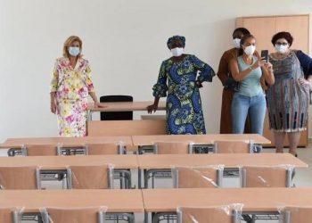 Photo: Mme Dominique Ouattara visite le groupe scolaire d'Abobo financé par la fondation Children Of africa