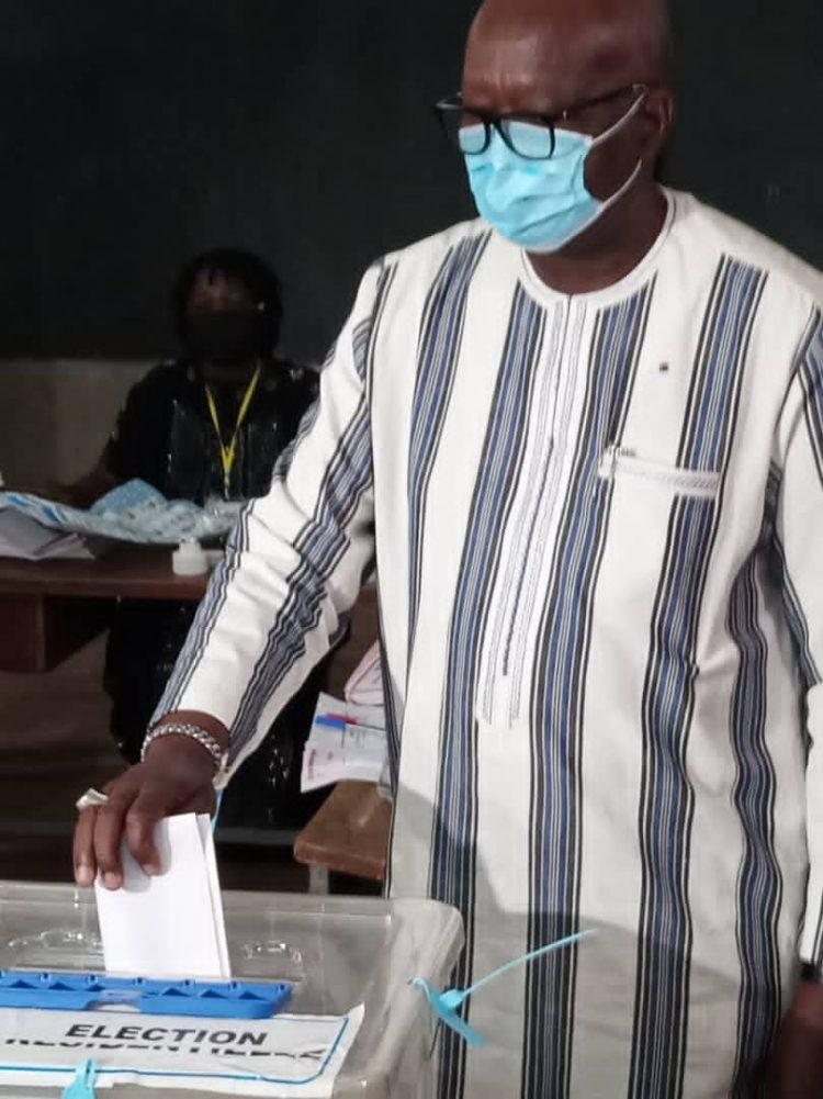 Les élections présidentielles et législatives couplées sont bel et bien effectives ce dimanche 22 novembre 2020 au Burkina Faso. Les bureaux de vote qui ont ouvert dès 6 heures, ont été pris d'assaut par les Burkinabè sortis massivement à cette heure pour voter.