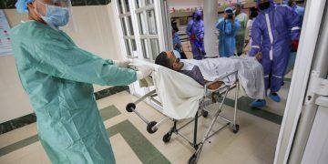 Des soignants transportant un patient.