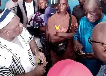 Le candidat du RHDP, Sidiki Konaté (en tenue traditionnelle) dit non au candidat indépendant Laman Koné (en bleu).