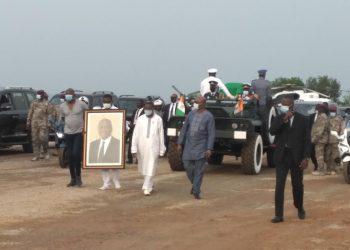 La dépouille mortelle du premier ministre Hamed Bakayoko est arrivée ce jeudi 18 mars 2021 à l'aérodrome de Séguéla sur le coup de 17h27mn.