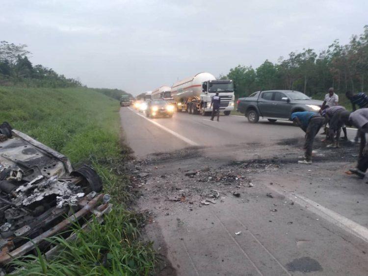 Une voiture calcinée a obstrué l'autoroute du Nord près de la localité de Élibou en direction de Yamoussoukro ce samedi 13 mars 2021.