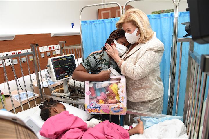 Madame Dominique Ouattara, Présidente de la Fondation Children Of Africa a visité les équipes de médecins et les enfants opérés l