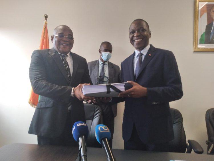 La passation de charges entre le ministre , Amadou Koné et son homologue en charge des affaires maritimes, Philippe Dakpa Legré