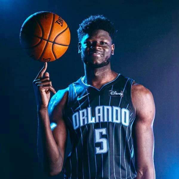 Le joueur ivoiro américain de basketball en NBA au club du Magic d'Orlando, Mo Bamba a, au cours de la journée mondiale de l'Afrique