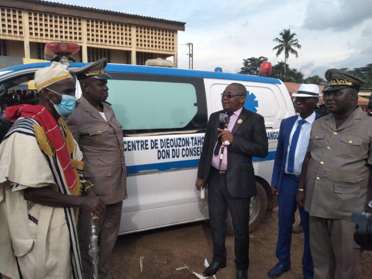 Présent dans la région du Guémon (Ouest) dont il est le président du conseil régional depuis le jeudi 27 mai 2021, DR. Serey Doh Célestin a pris part à la première session du conseil au titre de l'année 2021 et a eu plusieurs séances de travail avec les autorités coutumières, religieuses, chefs de communautés en vue des préparatifs de la cérémonie d'hommage et de reconnaissance au président de la république SEM, Alassane Ouattara, prévue à Duekoue le samedi 5 juin 2021. Il en a profité pour livrer plusieurs ponts et a offert une ambulance à la sous-préfecture de Dieouzon. Notre compte-rendu.