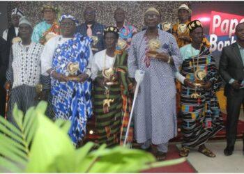 """Danho Paulin, ministre de la Promotion des sports et du Développement de l'économie sportive et maire d'Attecoubé a célébré ses administrés, le dimanche 21 juin 2021 à l'occasion de la fête des pères tenue à la salle N'koumo Mobio dans sa commune . Au cours de cette cérémonie, Danho Paulin a dit : « Je respire Attécoubé et les habitants d'Attécoubé demeurent tous dans mon cœur"""""""