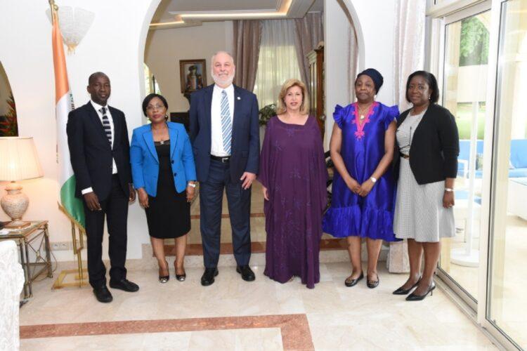 La Première Dame Dominique Ouattara a échangé avec M. Patrick Brenny, Directeur Régional de l'équipe régionale d'Appui de l'ONUSIDA pour l'Afrique de l'Ouest et du Centre, le lundi 7 juin 2021. La rencontre qui s'est déroulée à la résidence présidentielle à la Riviera Golf a enregistré la présence de Madame Brigitte Quenum, Directrice nationale en Côte d'Ivoire de l'ONUSIDA.