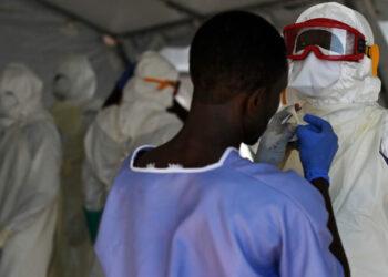 La Guinée est confrontée à une résurgence de l'épidémie d'Ebola depuis la mi-février 2021, après la grande crise de 2014. Cette nouvelle épidémie survient dans un contexte marqué par la pandémie de COVID-19, qui pose des défis tant sanitaires que socioéconomiques à ce pays d'Afrique de l'Ouest.