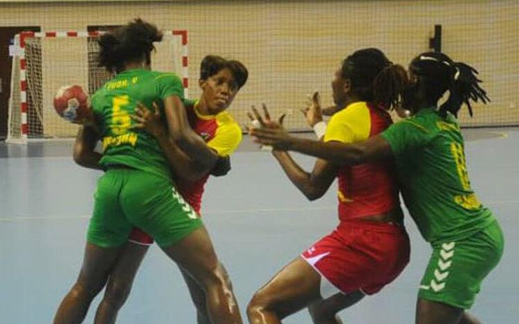 Pays organisateur, le Cameroun s'est qualifié dans le groupe B pour les quarts de finale de la 24ème édition de la Coupe d'Afrique des Nations (CAN) de handball Dames seniors qui se joue à Yaoundé après sa victoire 31-19 sur le Nigeria jeudi 10 juin 2021 au Palais Polyvalent des Sports. Avec lui, la RD Congo victorieuse du Kenya (42-16).