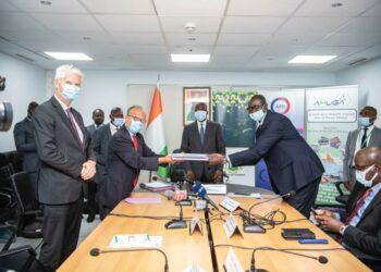 L'organisation du transport urbain dans le Grand Abidjan va connaître une montée en puissance dans les tous prochains jours. Le Ministre des Transports Amadou Koné a présidé, le lundi 31 mai 2021 à son cabinet sis au 21ème étage de l'immeuble Postel 2001, la signature d'une convention tripartite entre l'Autorité de la Mobilité Urbaine dans le Grand Abidjan (AMUGA), l'Agence Française de Développement (AFD) et l'Association Coopérative pour le Développement et l'Amélioration des Transports Urbain et Périurbains (CODATU). D'un coût de 853 millions de FCFA, cet accord prévoit un appui technique à l'AMUGA en termes d'expertises et de partage d'expériences pour une meilleure planification de ses actions.