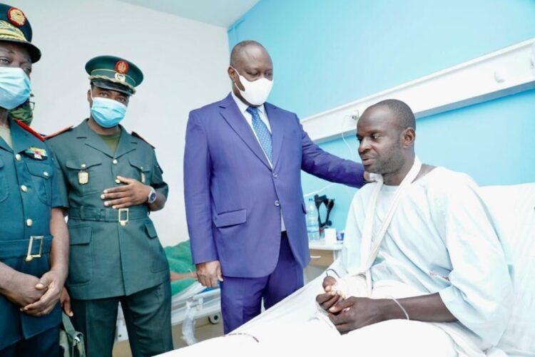 Le Ministre d'Etat, Ministre de la Défense, Téné Birahima OUATTARA s'est rendu dans la matinée du jeudi 17 juin 2021 à la Clinique Sacré Cœur d'Attoban au chevet des militaires blessés suite à l'attaque terroriste perpétrée sur une patrouille de reconnaissance des Forces Armées de Côte d'Ivoire le 12 juin 2021 dans la localité de Téhini.
