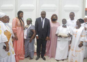 La fondation internationale veuve d'Afrique Kissah Koné (Fivakk) a célébré la journée mondiale de la veuve, le samedi 26 juin 2021 à Abidjan-Koumassi à la place de l'espérance. À cette occasion, Diomandé Nogofongon, Porte-parole des veuves de la fédération a demandé la réglementation du certificat de décès.