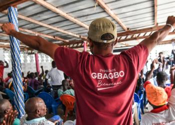 """L'ex-président ivoirien Laurent Gbagbo devrait regagner la Côte d'Ivoire dans les prochains jours. Mais force est de constater que le format de l'accueil qui doit lui être réservé, divise profondément la classe politique ivoirienne. Alors que les partisans et sympathisants de l'ancien pensionnaire de la prison de Scheveningen s'activent pour un retour """"triomphal"""", le RHDP, parti du président Alassane Ouattara, ne veut pas d'un accueil populaire réservé au fondateur du parti de la Rose."""