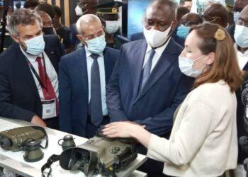 En compagnie du chef d'état-major des Forces armées de Côte d'Ivoire, le général de corps d'armée Lassina Doumbia, le ministre ivoirien