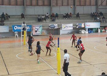 L'ASEC Mimosas et Descartes VBC chez les dames et INJS et AS Plice chez les hommes, sont les équipes qualifiées pour les finales du championnat national de volley-ball, saison 2020-2021 à l'issue des demi-finales retour jouées samedi 17 juillet 2021 à Abidjan.