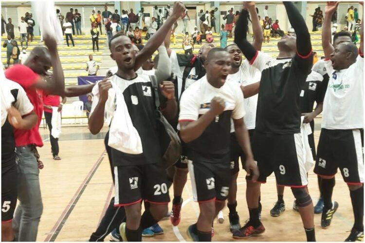 Les trophées de la Coupe Nationale de handball saison 2020-2021 ont été remportés chez les dames par Bandama Handball Club de Tiassalé et chez les hommes par Renaissance Don Bosco au terme des finales jouées samedi 3 juillet 2021 au Palais des Sports à Abidjan.