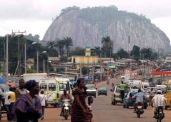 En 2050, l'Afrique verra sa population doubler pour atteindre 2,5 milliards de personnes. Les villes compteront 950 millions d'habitants supplémentaires. Devenue incontrôlable, l'explosion de l'urbanisation que connaît le continent devrait conduire chaque Etat africain à réagir, afin de repenser le développement et l'aménagement des villes. Cette urbanisation galopante invite aussi à repenser les modèles de développement économique, social et environnemental, ainsi que l'articulation entre les zones urbaines et les zones rurales.
