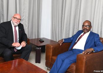 La République Fédérale d'Allemagne s'engage à renforcer sa coopération économique avec la République Démocratique du Congo. C'est dans ce cadre que le Ministre des Finances a accordé une entrevue de plus d'une heure à Gunter NOOKE, représentant personnel de la chancelière allemande en charge de l'Afrique, ce lundi 13 septembre 2021. Les deux personnalités ont examiné le partenariat qui lie les deux États, pour y apporter des améliorations visant le développement.