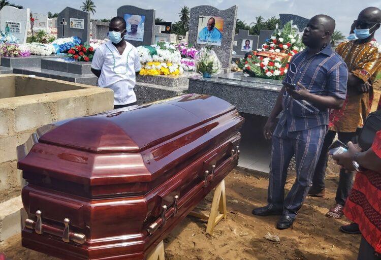 Décédé le 21 août 2021, Kablan Sampon John, l'ancien Officier de Développement de la FIFA pour l'Afrique de l'Ouest, a été inhumé dans l'émotion et la tristesse, samedi 18 septembre 2021 à Grand-Bassam à environ 20 km à l'Est d'Abidjan.