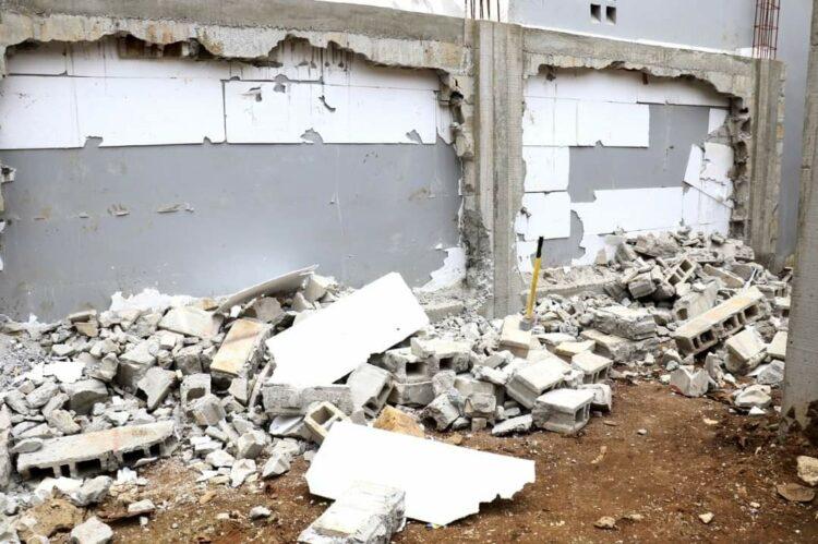 Un immeuble de type R+3, dans le lotissement dénommé Bessikoi dans les environs du CHU d'Angré, et un programme immobilier à Djorogobité 1, où un promoteur non agrée prévoyait la construction de huit (8) villas duplex ont été partiellement démolis par l'antenne de la Brigade d'Investigation et de Contrôle Urbain (BICU) de Cocody nord 2, le vendredi 10 septembre 2021, dans la Commune de Cocody.