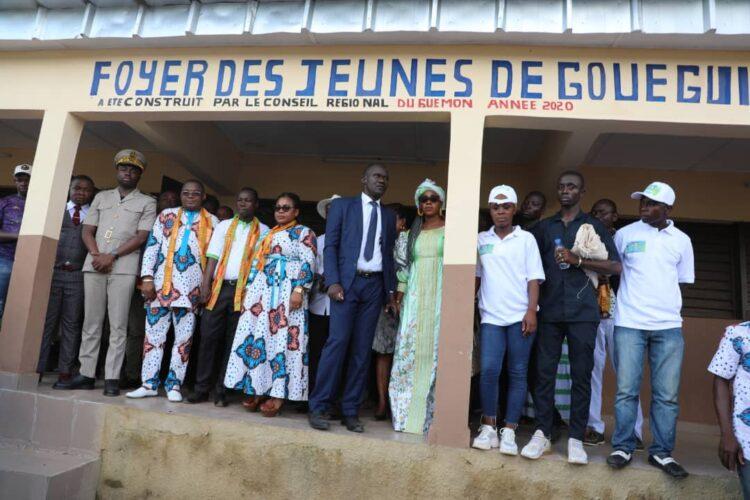 Le petit village de Gouegui mitoyen à la ville de Bangolo est en fête ce samedi 11 septembre 2021. Pour cause, il reçoit la visite du secrétaire d'Etat aux affaires maritimes, Serey Doh Célestin, venu livrer le foyer des jeunes en sa qualité de président du conseil régional du Guémon. Occasion pour Adjaro, son petit nom, d'offrir 17 motos, 13 chaises royales, 11 broyeuses et la Somme de 1.670.000 FCFA à ses parents qui lui ont réservé un accueil chaleureux.