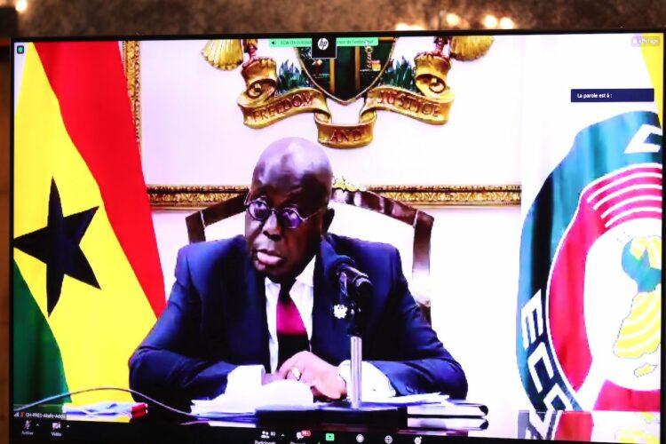 La Guinée a été suspendue des instances de la Cedeao, qui appelle au rétablissement de l'ordre constitutionnel et à la libération immédiate de Condé, au cour du sommet extraordinaire des chefs d'Etat de la CEDEAO sur la Guinée tenue en visioconférence le mercredi 8 septembre 2021.