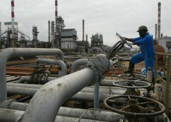 La Côte d'Ivoire avait signé, en 2019, des contrats avec l'italien Eni et le français Total, pour l'exploration de quatre blocs pétroliers correspondant à un investissement de 156 millions d'euros. Considérée jusqu'à présent comme un modeste producteur d'hydrocarbures, la Côte d'Ivoire a annoncé mercredi 1er septembre 2021 la « découverte majeure » de pétrole et de gaz naturel au large de ses côtes lors d'un forage exploratoire effectué par le géant italien des hydrocarbures Eni. Les puits de forage sont essentiellement offshores. Cette importante découverte permettrait à la Côte d'Ivoire de rejoindre le groupe des pays africains producteurs de pétrole de de gaz. Les chiffres sont certes encourageants, mais, selon les experts du secteur, il faut attendre de nouvelles analyses pour connaître l'étendue précise du gisement et les possibilités techniques d'exploitation et de mise en production.