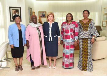 La Première Dame Dominique Ouattara a échangé avec Madame Macoura Coulibaly Dao, Présidente du Réseau des Femmes Élues Locales d'Afrique (REFELA) et Maire de la commune de Foumbolo, le mardi 26 octobre 2021, à son cabinet de Cocody. Cette dernière est venue présenter les activités de son organisation à la première Dame de Côte d'Ivoire et solliciter son parrainage pour le lancement de la campagne des villes africaines engagées pour la lutte pour zéro enfant dans la rue.