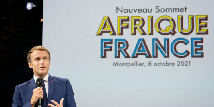 Emmanuel Macron a organisé, du 7 au 9 octobre 2021, à Montpellier, le « Nouveau Sommet Afrique-France » avec la participation de 3 000 personnes, mais aucun Chef d'Etat africain. Peut-on alors véritablement parler d'un « Sommet Afrique-France » ? Je vois plutôt une réunion à laquelle sont convoquées, par un chef d'Etat étranger la jeunesse, la société civile et les diasporas africaines. Le président français peut-il s'arroger le droit de réunir la jeunesse africaine dans un prétendu « Sommet Afrique-France » qui exclut les Chefs d'Etats africains ?